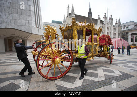 London, UK. 24th Oct, 2015. The Lord Mayor's state coach is taken from the Museum of London for its journey to the - Stock Photo