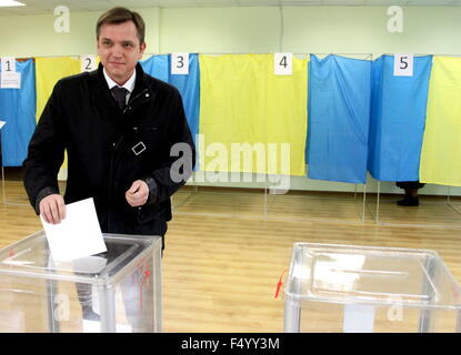 Kiev, Ukraine. 25th Oct, 2015. Opposition Bloc party member Yuri Pavlenko casts his ballot at a polling station - Stock Photo