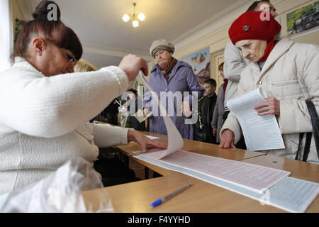 Kiev, Ukraine. 25th Oct, 2015. Ukrainians vote during a local elections at a polling station in Kiev, Ukraine, 25 - Stock Photo
