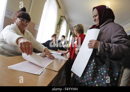 Kiev, Ukraine. 25th Oct, 2015. An old ukrainian woman during the vote a local elections at a polling station in - Stock Photo