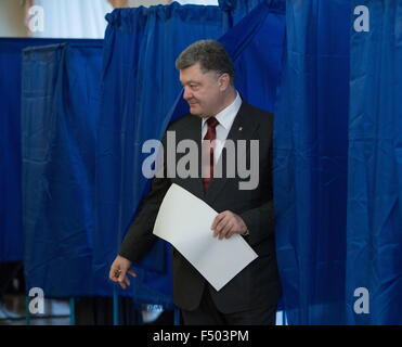 Kiev, Ukraine. 25th Oct, 2015. Ukraine's President Petro Poroshenko leaves a voting boothat a polling station to - Stock Photo