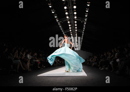 Jakarta, Indonesia. 25th Oct, 2015. A model presents a creation by Indonesian designer Vera Tjan during Jakarta - Stock Photo