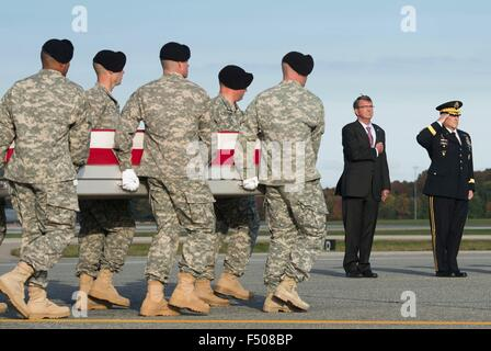U.S. Secretary of Defense Ash Carter and Army Chief of Staff  Gen. Mark A. Milley salute as an Army carry team transfers - Stock Photo