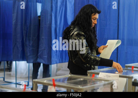 Kiev, Ukraine. 25th Oct, 2015. Citizens votes during Ukrainian local elections. Polling stations opened in Ukraine - Stock Photo