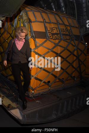 Verteidigungsministerin Ursula von der Leyen (CDU) verlässt am 25.10.2015 auf dem Flughafen in Bagdad (Irak) eine - Stock Photo
