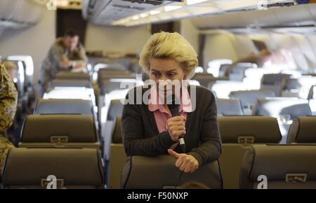 Verteidigungsministerin Ursula von der Leyen (CDU) spricht am 25.10.2015 auf dem Flug von Berlin nach Amman (Jordanien) - Stock Photo