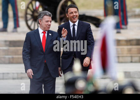 Bogota, Colombia. 27th Oct, 2015. Colombia's President Juan Manuel Santos (R) walks with Italy's Prime Minister - Stock Photo