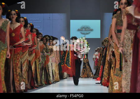 Jakarta, Indonesia. 27th Oct, 2015. A model showcases designs on the runway at Kebaya Collection designed by Anne - Stock Photo