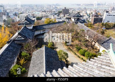 Japan, Wakayama castle. The Renritsushiki style Honmaru compound from the keep. Showing the yaguramon gate with - Stock Photo