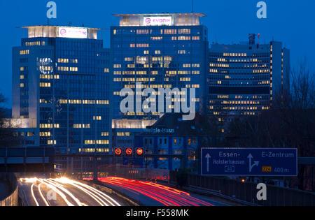 DEU, Deutschland, Nordrhein-Westfalen, Ruhrgebiet, Essen, die Autobahn A 40, Blick zu den Gebaeuden der Evonik Industries - Stock Photo