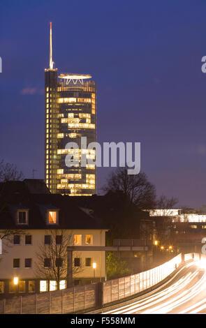 DEU, Deutschland, Nordrhein-Westfalen, Ruhrgebiet, Essen, die Autobahn A 40, Blick zum RWE-Hochhaus. - Stock Photo