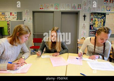 Tampere, Finland. 28th Oct, 2015. Students from the Normal School of Tampere University write letters to their Chinese - Stock Photo