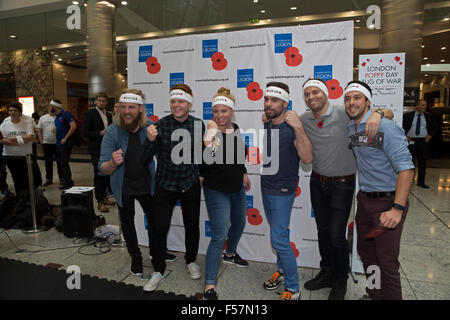 Canary Wharf, London, UK. 29th October, 2015. Team maxus trojans pose with instructors from British Military Fitness - Stock Photo