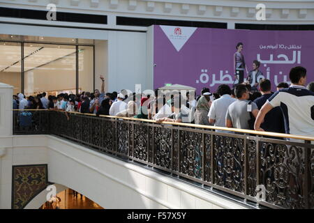 (151029) -- DUBAI, Oct. 29, 2015 (Xinhua) -- Customers queue outside an Apple Store during its opening day at a - Stock Photo