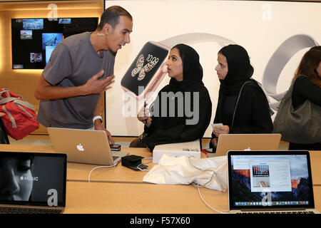 (151029) -- DUBAI, Oct. 29, 2015 (Xinhua) -- Customers talk to a shopping assistant (L) in an Apple Store during - Stock Photo