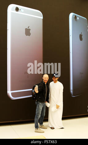 (151029) -- DUBAI, Oct. 29, 2015 (Xinhua) -- Customers take a selfie in an Apple Store during its opening day at - Stock Photo