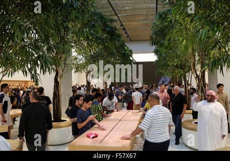 (151029) -- DUBAI, Oct. 29, 2015 (Xinhua) -- Customers visit an Apple Store during its opening day at a shopping - Stock Photo