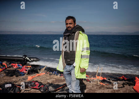 Lesvos, Greece. 30th Oct, 2015. Volunteer Faruk Divelli, 48, came from Bolton near Manchester in the UK to help - Stock Photo