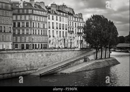 Seine River Bank on Ile Saint Louis in the heart of Paris (75004), France. Quai d'Orléans in Black & White on a - Stock Photo