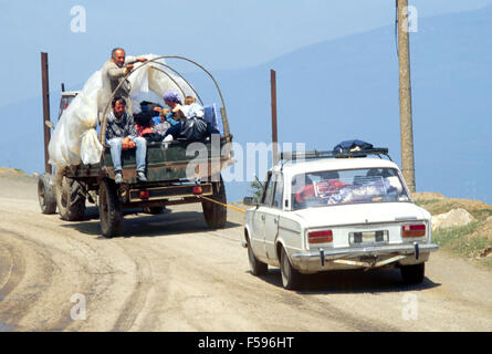 war in ex Yugoslavia, Kosovo crisis, refugees come down with tractors from Morini pass to the city of Kukes     - Stock Photo