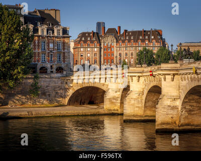Morning light over the River Seine, Pont Neuf and Ile de la Cité, Paris, France (1st arrondissement, 75001) - Stock Photo