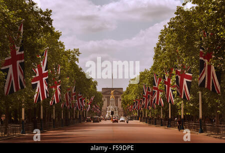 Buckingham Palace, home of Queen Elizabeth II, is seen at the end of The Mall in London, England, 2015. (Adrien - Stock Photo