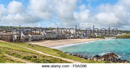 Panorama of Porthmeor Beach seen from the Island Peninsula, Cornwall, England, UK | Panorama-Aussicht auf Porthmeor - Stock Photo