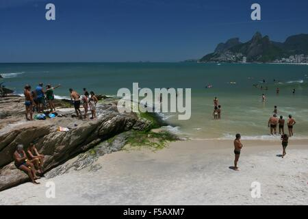 Rio de Janeiro, Brazil, 31 October 2015. Weather in Rio: Arpoador Beach in a hot and sunny spring day. - Stock Photo