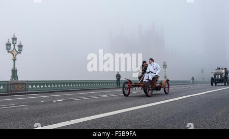 London, UK.  1 November 2015.  In foggy conditions, vintage cars pass over Westminster Bridge in the Bonhams London - Stock Photo