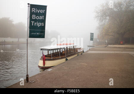 Stratford-upon-Avon, Warwickshire, UK. 1st November, 2015. Fog envelops the town of Stratford-upon-Avon on the first - Stock Photo
