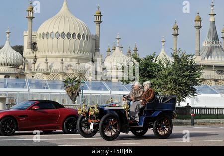 Brighton, Sussex, UK. 1st November, 2015. Frans van Haren driving a 1902 De Dietrich passes by the Royal Pavilion - Stock Photo