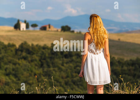 A young woman in the Tuscany region, Val d'Orcia, Tuscany, Italy. - Stock Photo