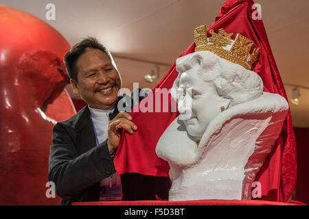 London, UK. 02nd Nov, 2015. Chen Dapeng unveils a new bust of Her Majesty Queen Elizabeth II, which he has executed - Stock Photo
