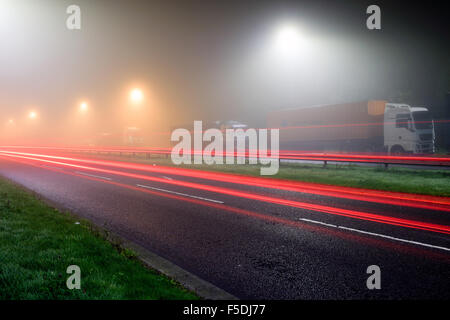 Hucknall, Nottinghamshire, UK:02nd November 2015.Dense fog remains to night around the east Midlands area, set to clear some time during Tuesday.Trucker's parked up overnight J27 M1 . Credit:  IFIMAGE/Alamy Live News