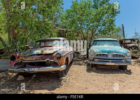 Zwei Autowracks am Hackberry General Sore an der Historic Route 66 in Arizona, USA - Stock Photo