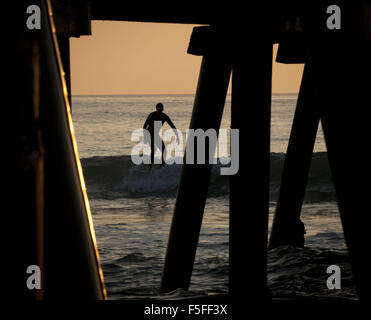 San Clemente, California, USA. 9th Dec, 2012. A surfer rides a two foot wave in the waters just south of the San - Stock Photo