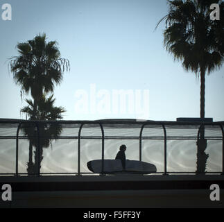 San Clemente, California, USA. 10th Dec, 2012. A surfer crosses over to the beach on the T-Street Overpass in San - Stock Photo