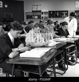 historical, 1950s, a group of technical engineering students at desks in classroom. - Stock Photo