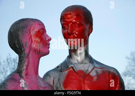 Skulptur, das ein Paar darstellt, Berlin-Friedrichshain. - Stock Photo