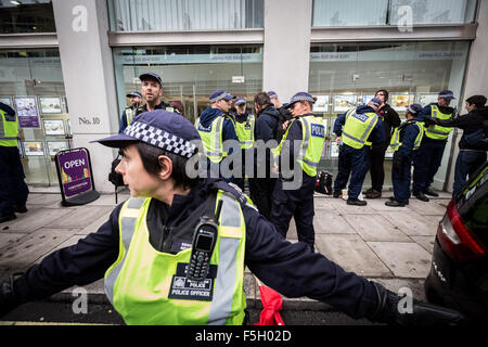 London, UK. 4th Nov, 2015. Student protesters and anarchists clash with police during a mass protest march through - Stock Photo