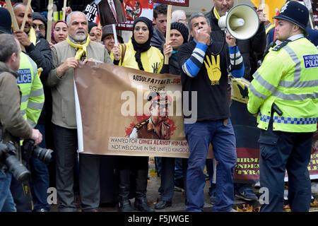 London, UK. 5th November, 2015. Demonstrators for and against President Sisi of Egypt protest in Whitehall awaiting - Stock Photo