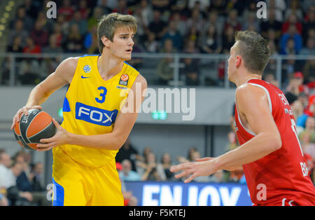 Bamberg, Germany. 5th Nov, 2015. Bamberg's Daniel Theis (r) and Tel Aviv's Dragan Bender in action during the Euroleague - Stock Photo