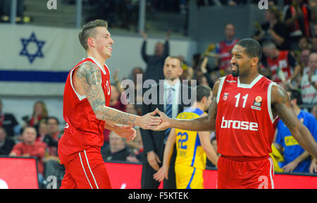Bamberg, Germany. 5th Nov, 2015. Bamberg's Daniel Theis (l) and Bradley Wanamaker clap hands during the Euroleague - Stock Photo