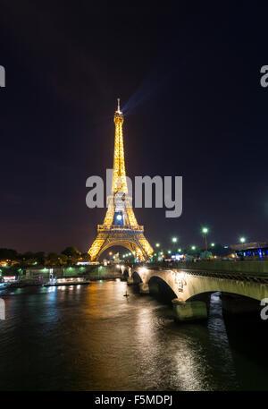 Illuminated Eiffel Tower at night, boats on River Seine, tour Eiffel, Paris, Ile-de-France, France - Stock Photo