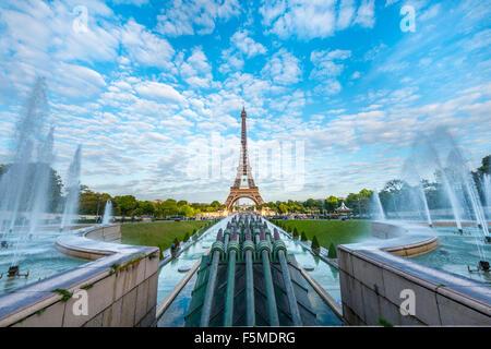 Eiffel tower and fountain at jardins du trocadero at for Aquarium de paris jardin du trocadero