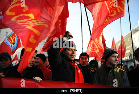 Moscow, Russia. 7th Nov, 2015. Russian Communist Party activists and supporters take part in a rally to mark the - Stock Photo