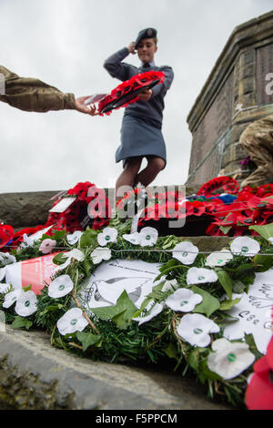Aberystwyth, UK. 8th Nov, 2015. Hundreds of people gathered to pay their respects to the dead of the two world wars - Stock Photo