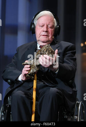 'Zeit' editor and former Chancellor Helmut Schmidt (SPD) is holding the award for his life's work during the awarding - Stock Photo
