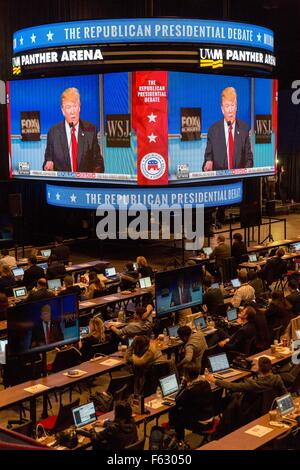 Milwaukee, Wisconsin, USA. 10th Nov, 2015. Reporters watch Presidential hopeful DONALD TRUMP speak during the second - Stock Photo