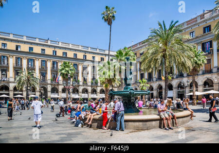 Spain, Catalonia, Barcelona, Barri Góthic, fountain at Placa Reial, a popular meeting point and outdoor venue - Stock Photo